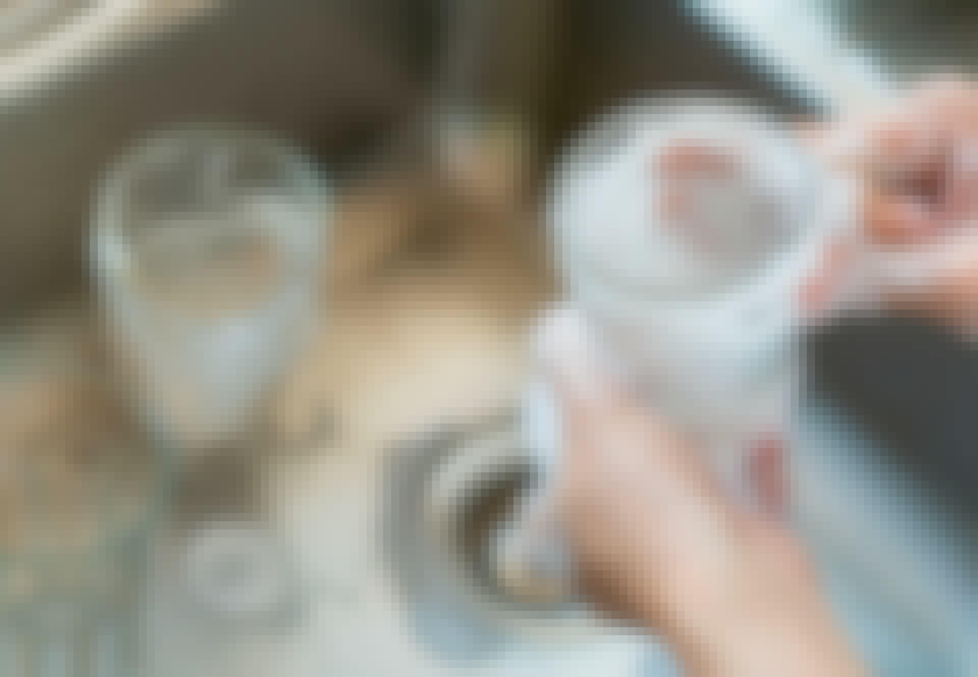 Glaspest - kvinde vasker glas op