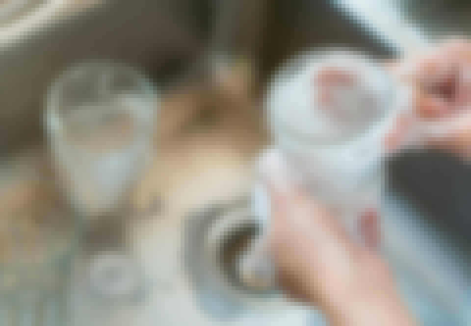 Lasirutto - nainen pesee lasia