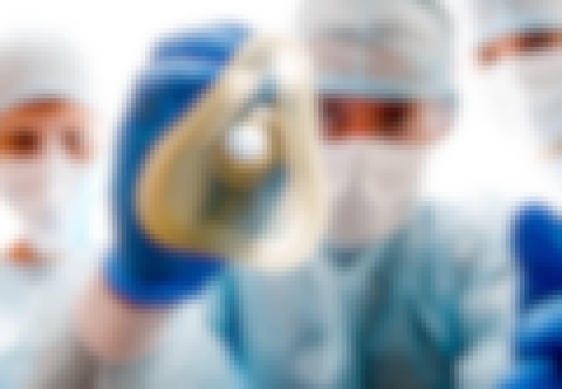 Læge sætter narkosemaske på patient