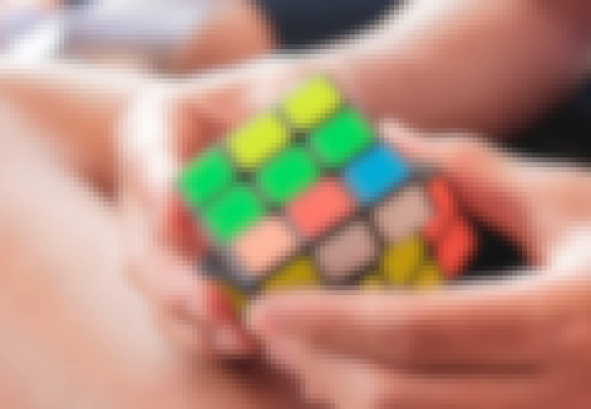 Mand løser Rubiks terning