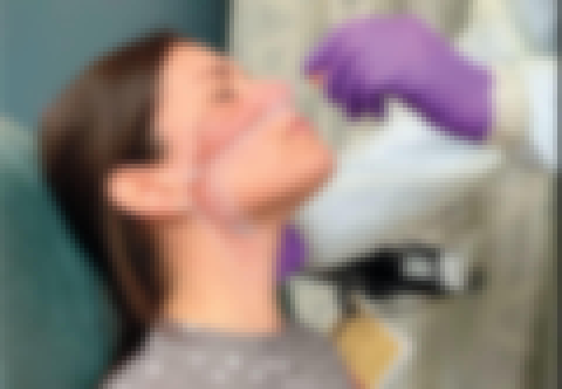 Naiselta otetaan nenästä COVID-19-testi