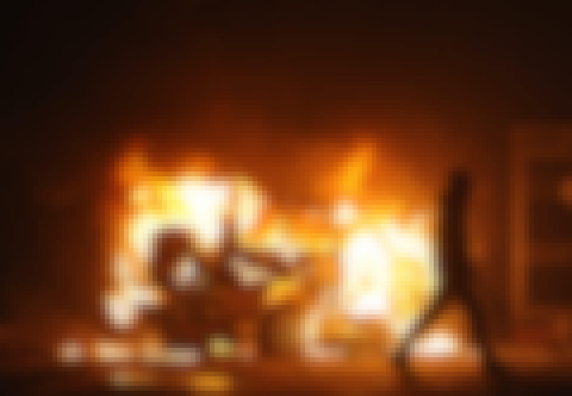 Bil i brand efter en demonstration, der udviklede sig til optøjer