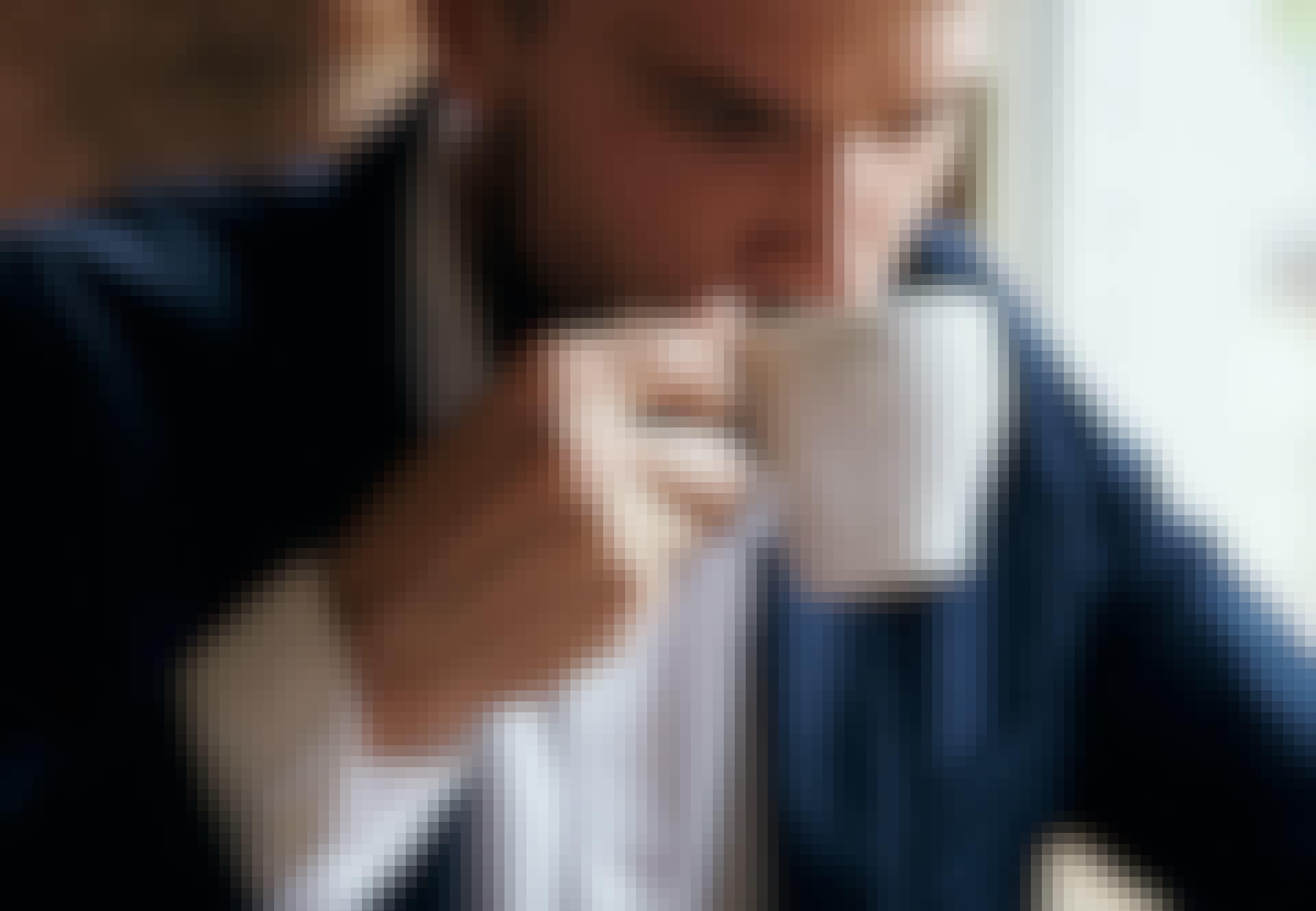 en mand drikker kaffe