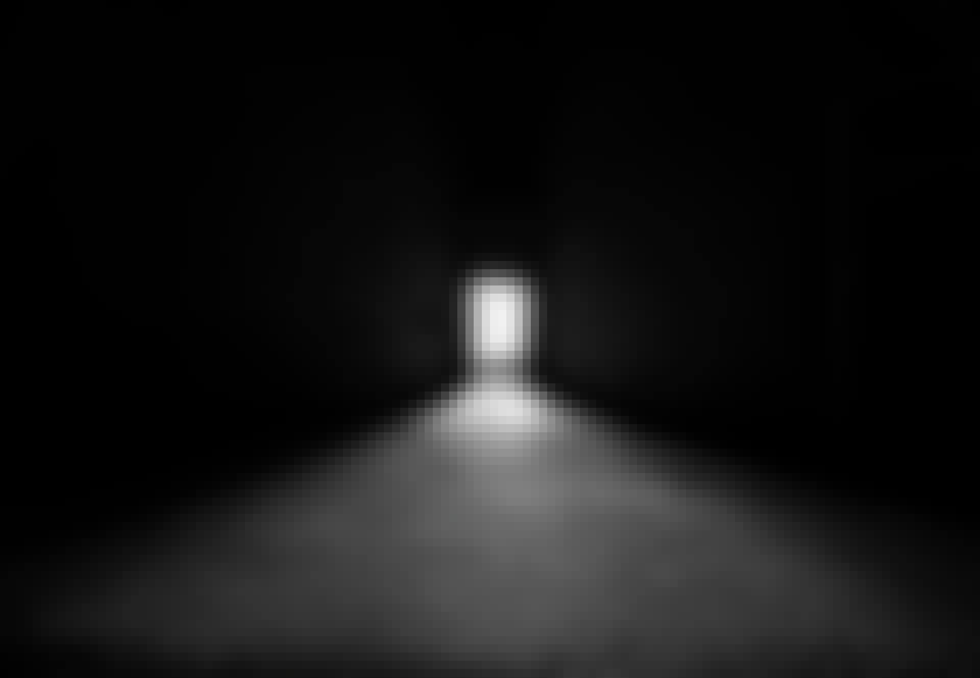 Mørkt lokale med lys fra dør