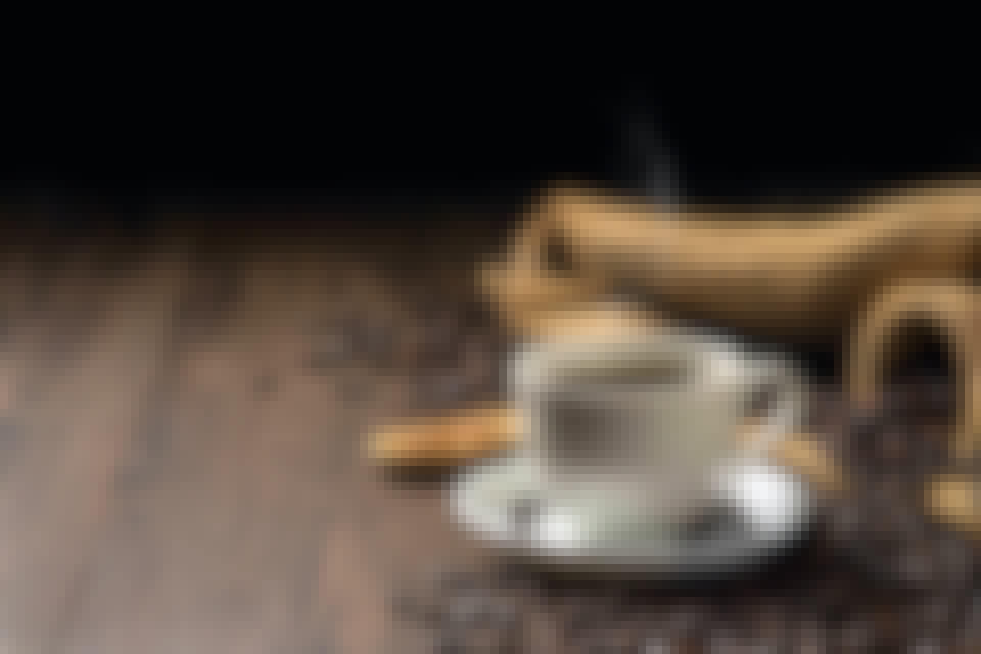 Kahvipapuja ja kuppi puupöydällä
