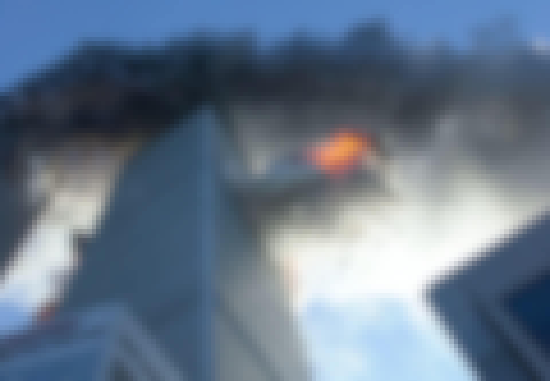 Zuidelijke toren wordt geraakt