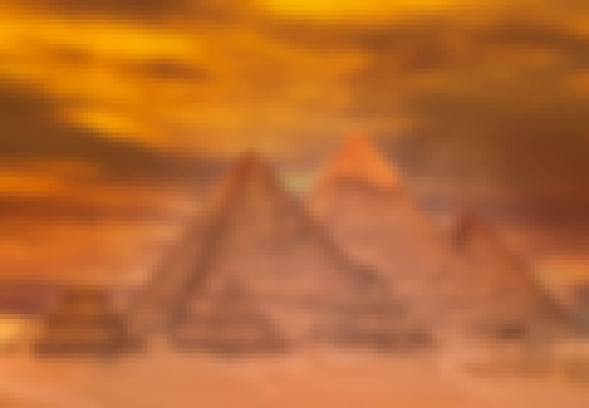 Pyramideja-oranssi-tausta
