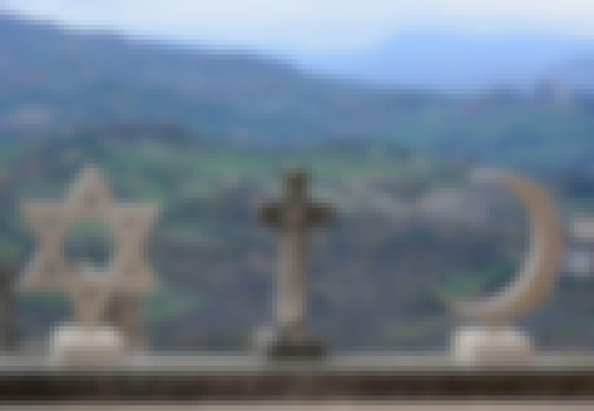 Daavidin tähti, risti ja puolikuu. Juutalaisuuden, kristinuskon ja islamin symbolit veistoksina.
