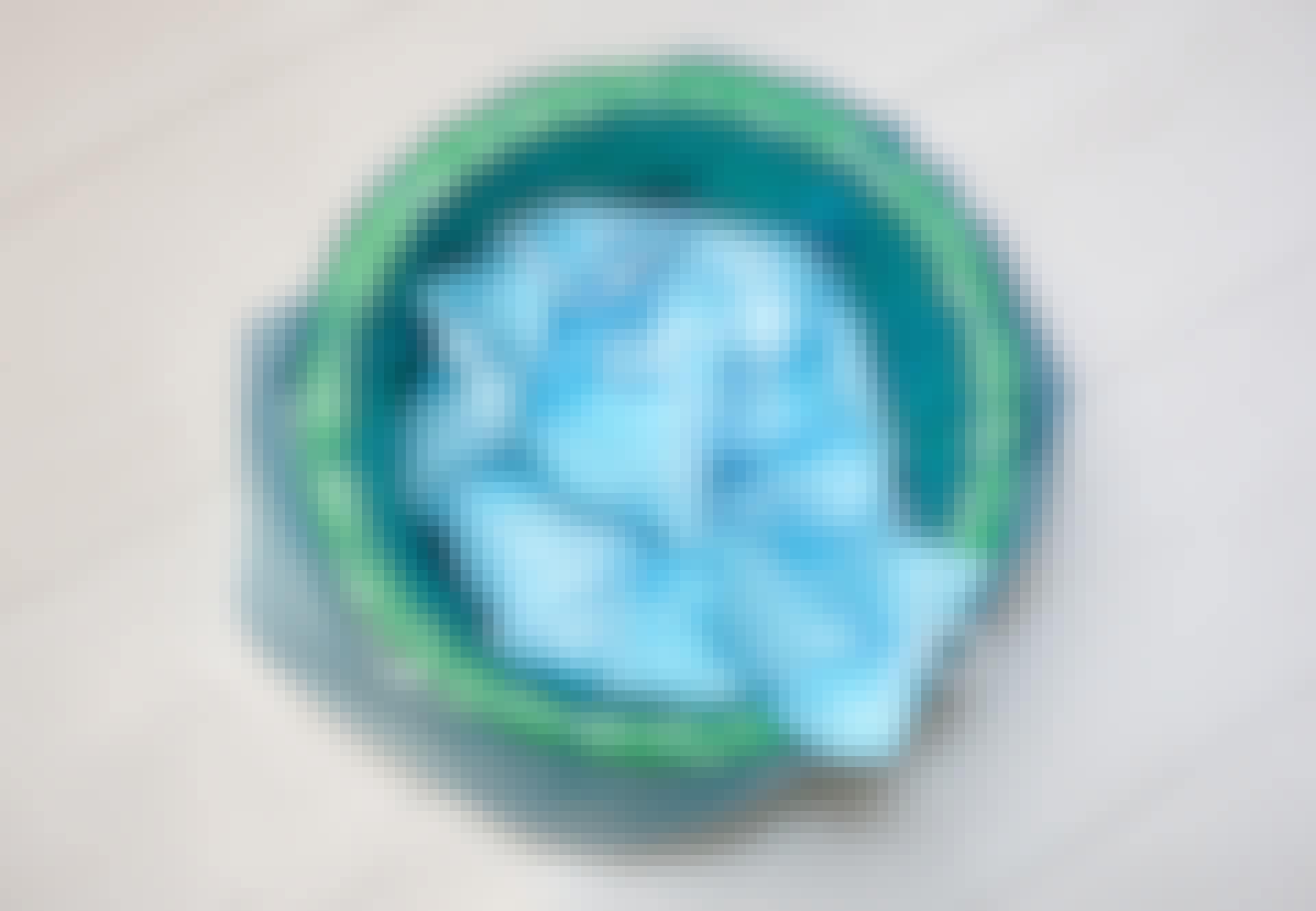 Koronavirukselta suojaava kasvomaski roskakorissa